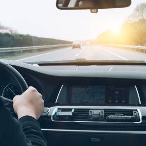 Motorista dirigindo pela autoestrada